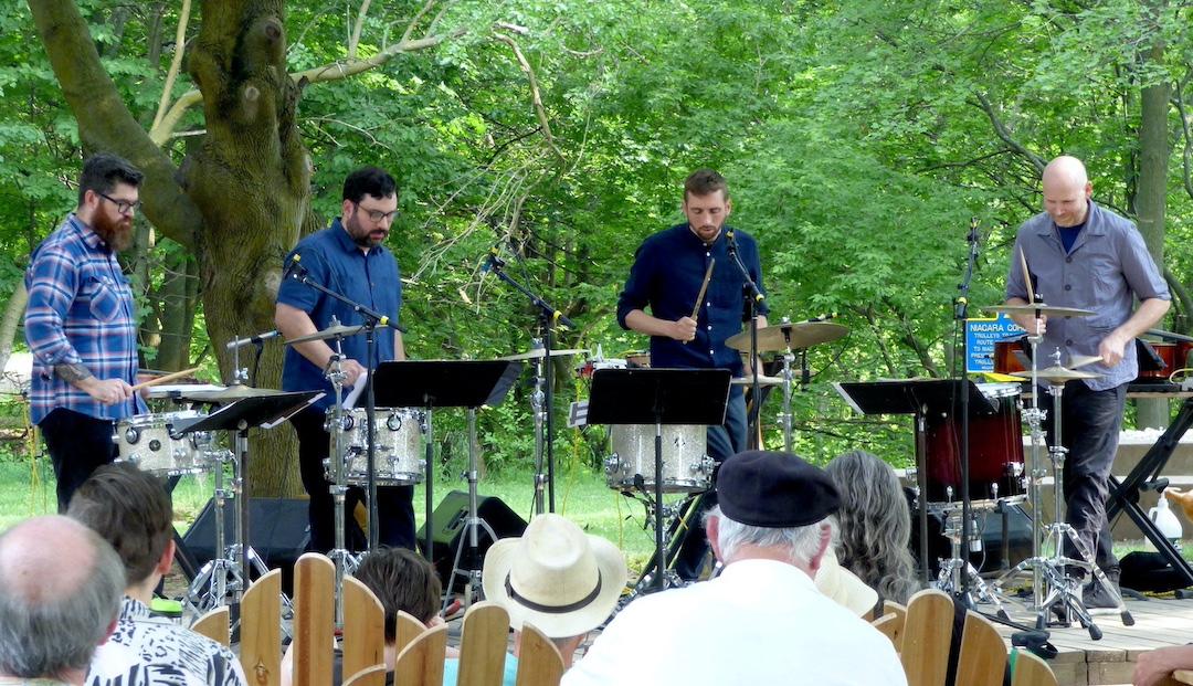 Sō Percussion en el escenario Emerald Grove en Artpark.