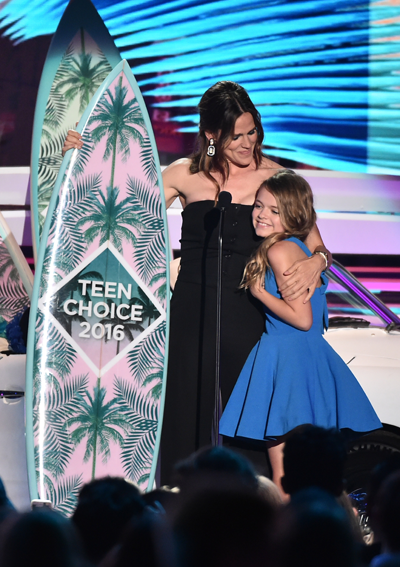 Teen Choice 2016: Jennifer Garner, left, and Kylie Rogers accept the Choice Movie: Drama award for 'Miracles from Heaven' onstage at Teen Choice 2016 Sunday on FOX from The Forum in Los Angeles. (Photo by Vince Bucci/FOX ©2016 Fox Broadcasting Co.)