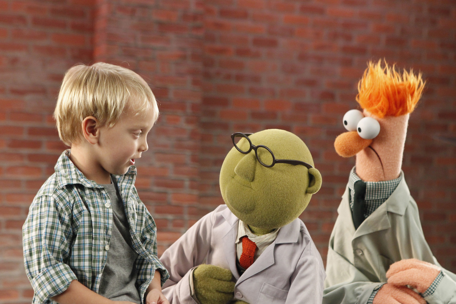 Dr. Bunsen Honeydew and Beaker with a young fan.
