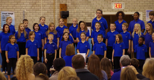 The fourth and fifth grade chorus sang a song of `Blue and White` at the evening celebration.