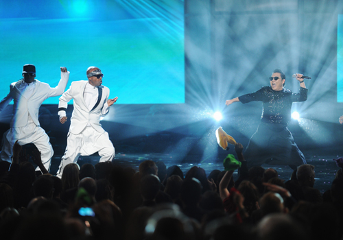 The 40th Anniversary American Music Awards: Hammer performs with Psy live from the NOKIA Theatre L.A. LIVE on ABC. (photo by Todd Wawrychuk/ABC)