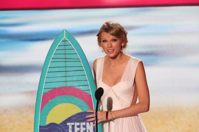 `Teen Choice 2012`: Choice Female Artist Taylor Swift receives her award. (photo by Michael Yarish/FOX/©2012 FOX Broadcasting)