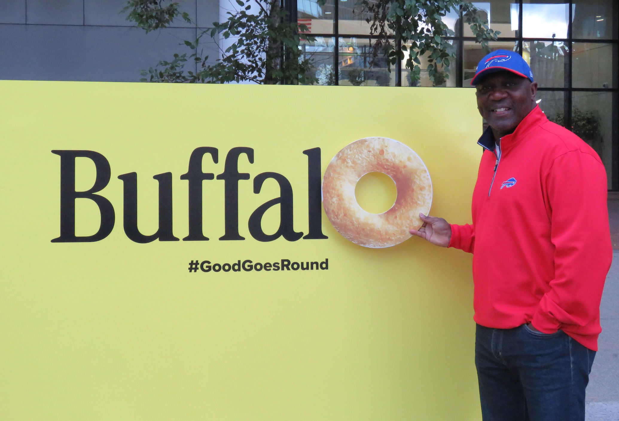 Thurman Thomas poses with a Cheerio to put the `O` in Buffalo. (Photos by David Yarger)
