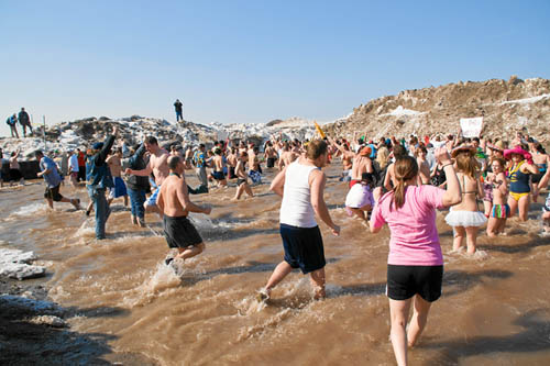 A tremendous crowd gathered last year for the annual Olcott Lions Polar Bear Swim for Sight. (photo by Wayne Peters)