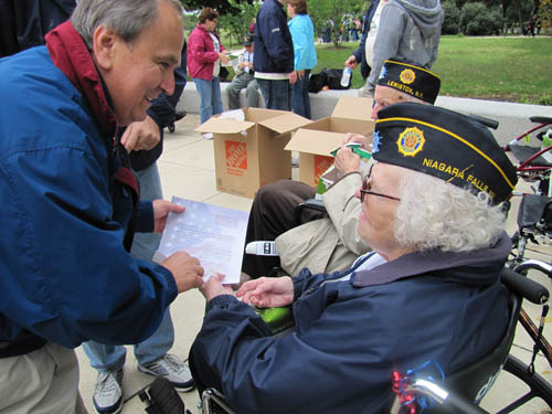 WWII veteran Betty Beckwith of Lewiston shows Sen. Maziarz a thank you letter given to her by a fifth-grade student who was visiting the WWII Memorial. Beckwith served with the Women's Army Corps.